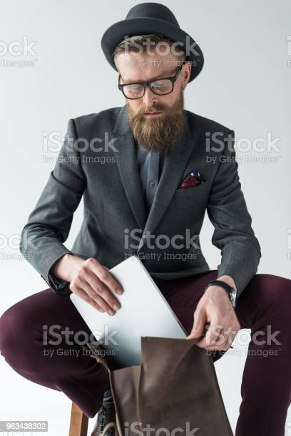 Przystojny Biznesmen W Stylu Vintage Ubrania Z Laptopem I Plecakiem Izolowane Na Jasnym Tle - zdjęcia stockowe i więcej obrazów Biznes