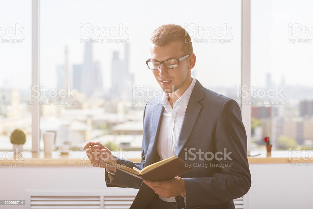 Handsome businessman reading notes foto royalty-free