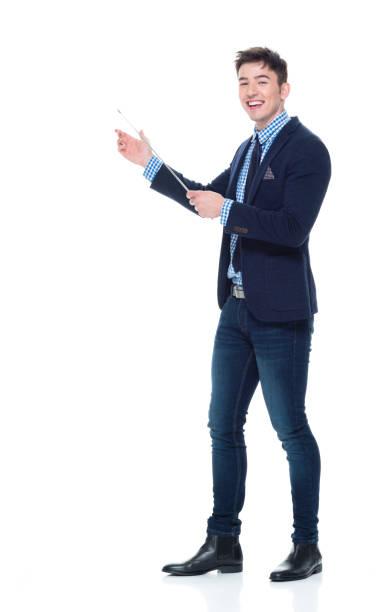 bel homme d'affaires à l'aide d'un bâton de pointeur - baguette pour pointer photos et images de collection