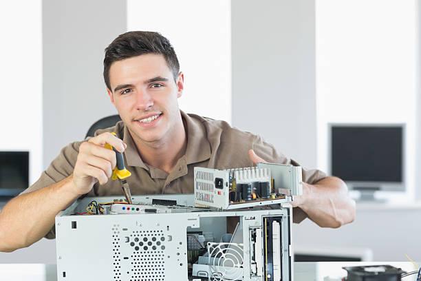 przystojny radosny komputer inżynier naprawiać otwórz pc - człowiek maszyna zdjęcia i obrazy z banku zdjęć