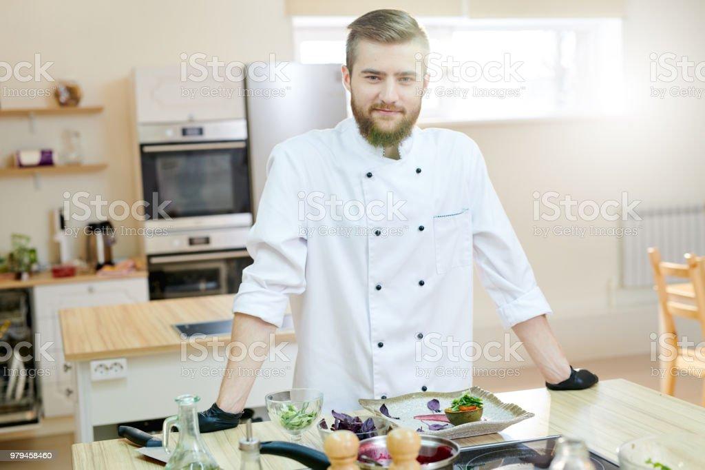 Hübscher Chef posiert in der Küche – Foto
