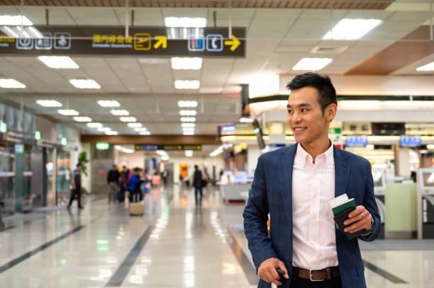 Hübsche Mitarbeiter schauen am Flughafen weg – Foto