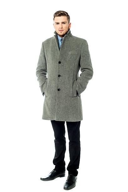 Schöne eleganten Mann im Mantel, isoliert – Foto