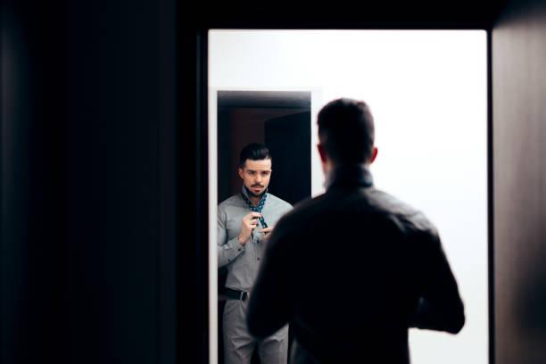 schöner eleganter mann in den spiegel - anzieh nacht stock-fotos und bilder