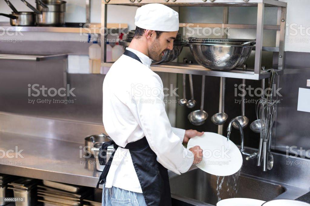 Knappe werknemer afwassen foto