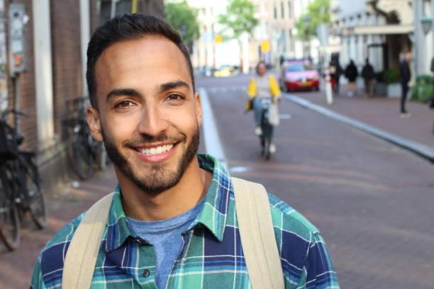 macho novo étnico considerável que sorri ao ar livre - 25 30 anos - fotografias e filmes do acervo