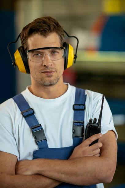 Handlicher Fabrikarbeiter – Foto