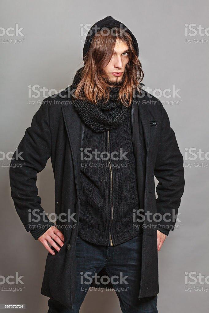 Schöne Mode Mann Porträt mit schwarzen Mantel. Lizenzfreies stock-foto