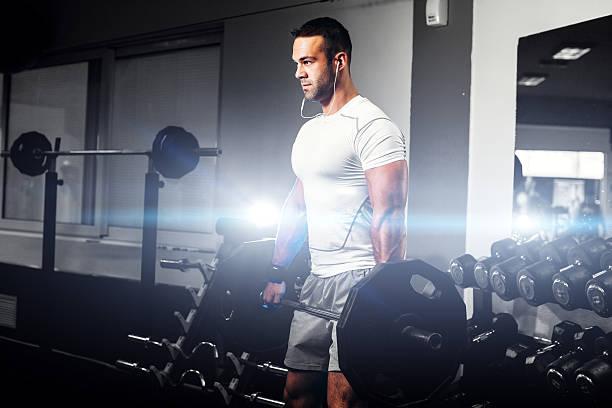 Schöne fitness Mann Gewichtheben im Fitnessraum – Foto