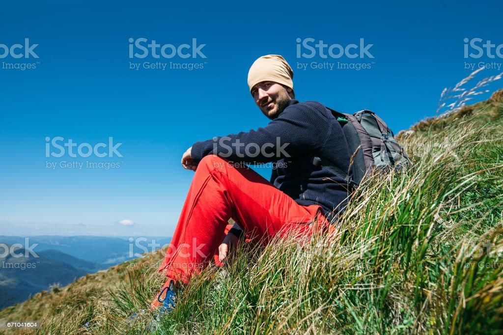 Homem bonito liberdade relaxar nas montanhas - foto de acervo