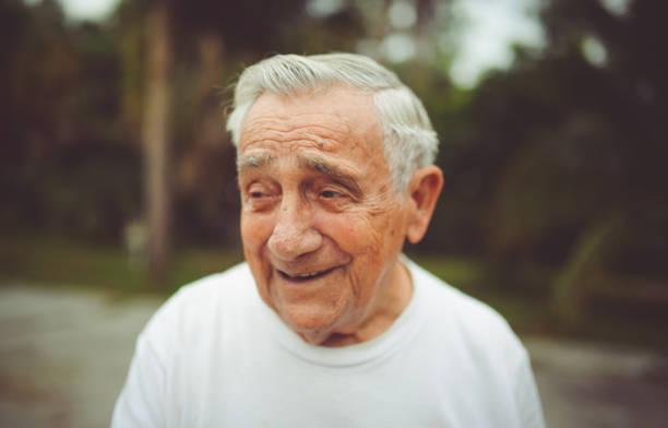 schöne lustige älterer mann in einem porträt - italienischer abstammung stock-fotos und bilder