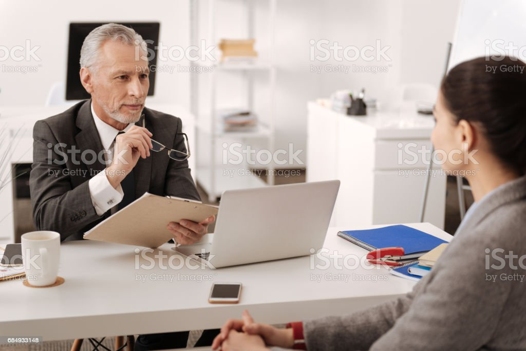 Hübscher Grauhaarigen Mann halten Gläser im rechten Lizenzfreies stock-foto