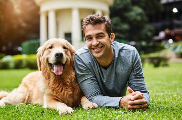 Hübscher Kerl und Hund – Foto