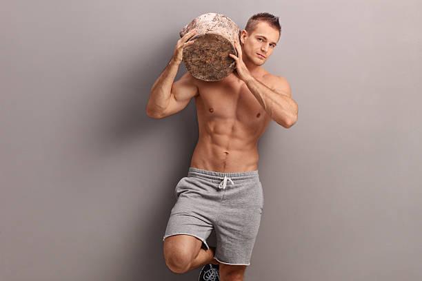 atractivo chico llevar un registro de su hombro - hombres grandes musculosos fotografías e imágenes de stock