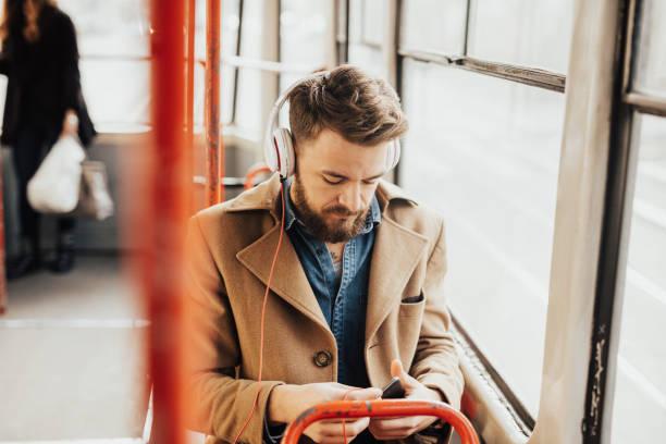 Bonitão, ouvindo a música no transporte público - foto de acervo