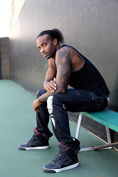 schöne hip hop afroamerikanische männliche - ghana zöpfe stock-fotos und bilder