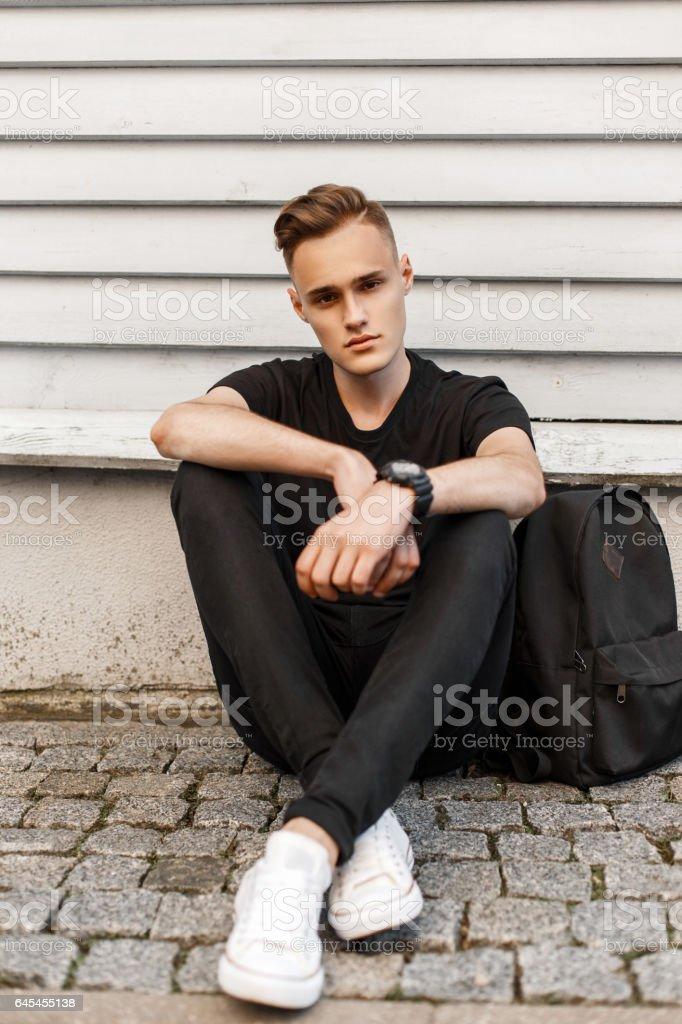 Shirt Schwarze In Und Hipster Mann Einem Hübsche Jeans Schwarzen 29IeWEHbDY