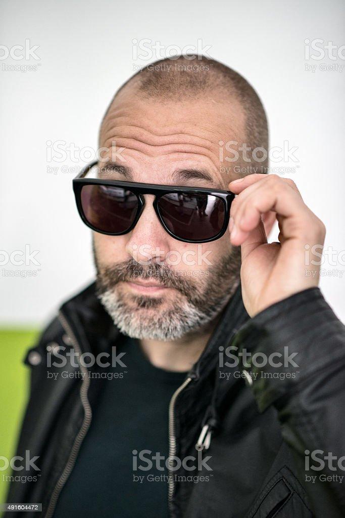 Bel homme italienne avec des lunettes de soleil et une veste en cuir photo  libre de 3abf811bad82
