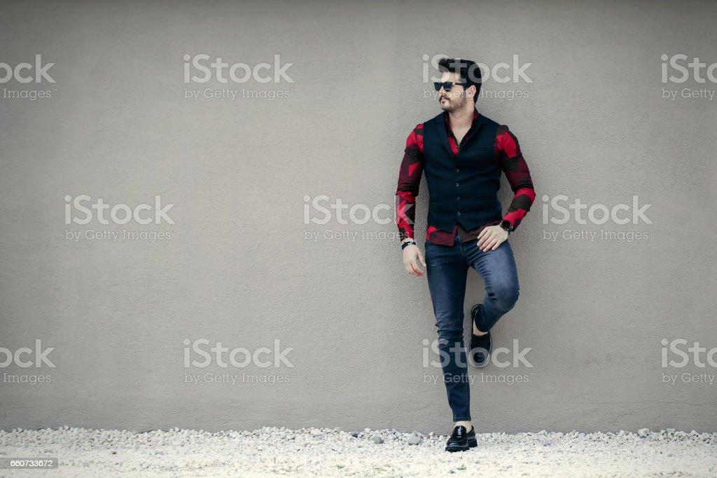 Guapo hombre riendo - foto de stock