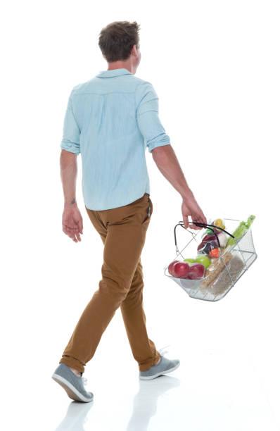 Schöne männliche halten Warenkorb mit Gemüse – Foto
