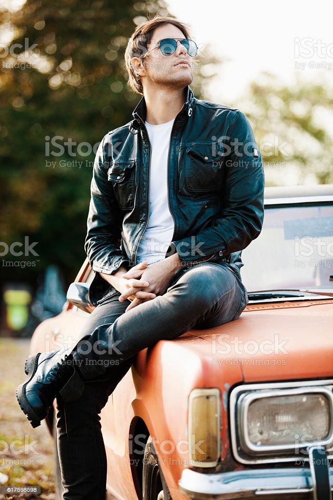 Gut aussehend männlichen Modells posieren in Auto – Foto