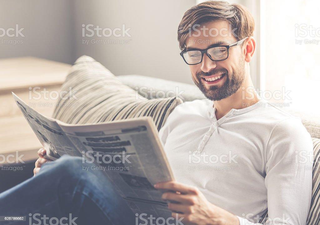 Hombre atractivo en su casa - foto de stock