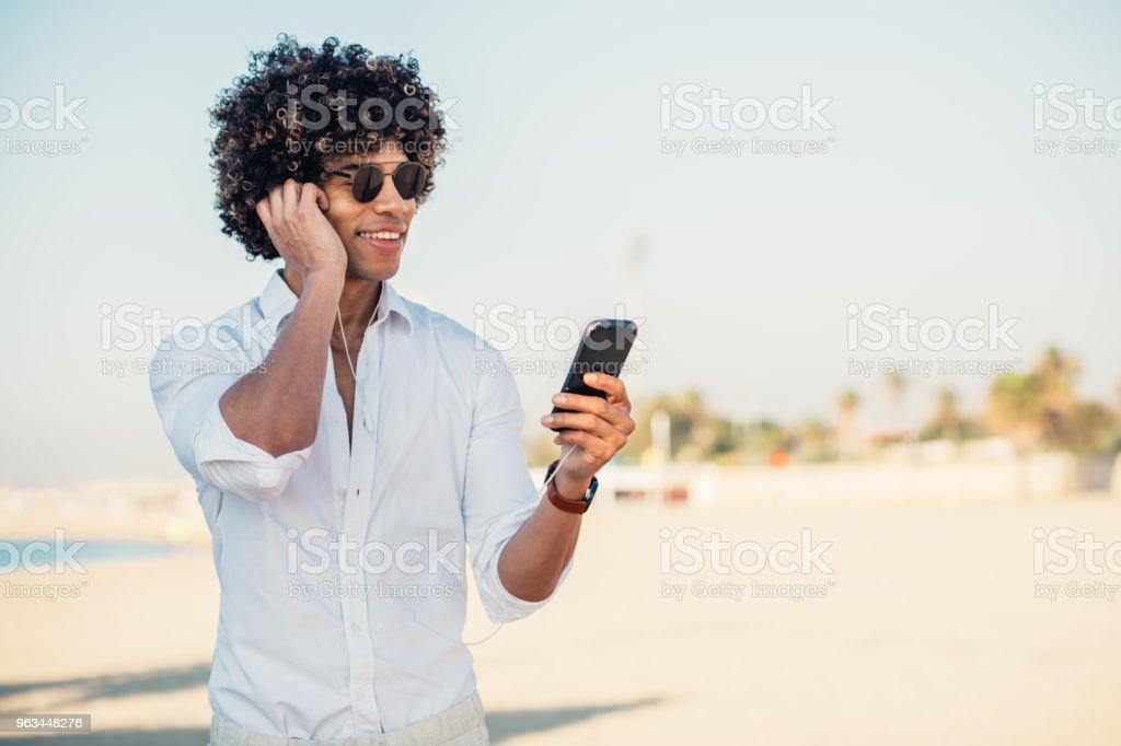 Bel homme à la plage - Photo de Adulte libre de droits