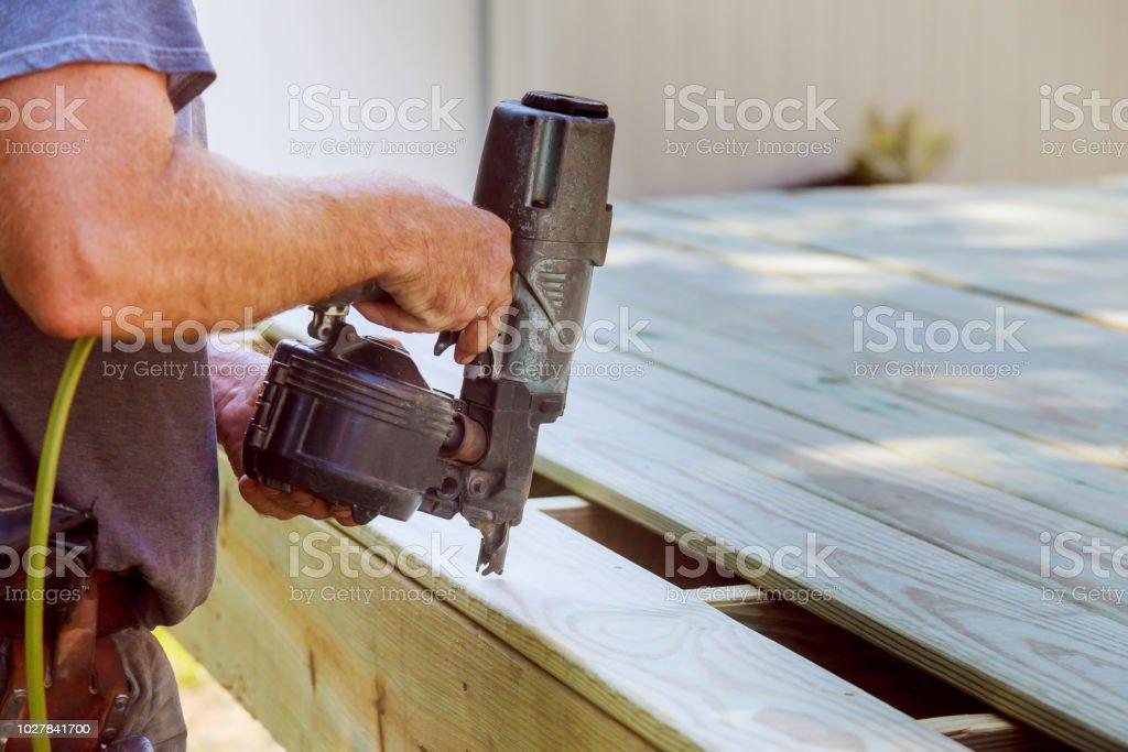 Carpintero De Guapo Instalar Una Terraza De Piso De Madera En La Casa Nueva Foto De Stock Y Más Banco De Imágenes De Adulto
