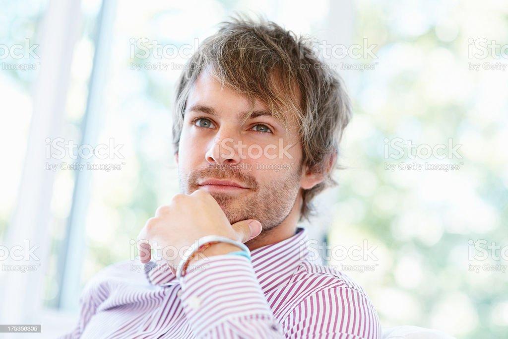 Gut aussehender Mann in Gedanken versunken Lizenzfreies stock-foto