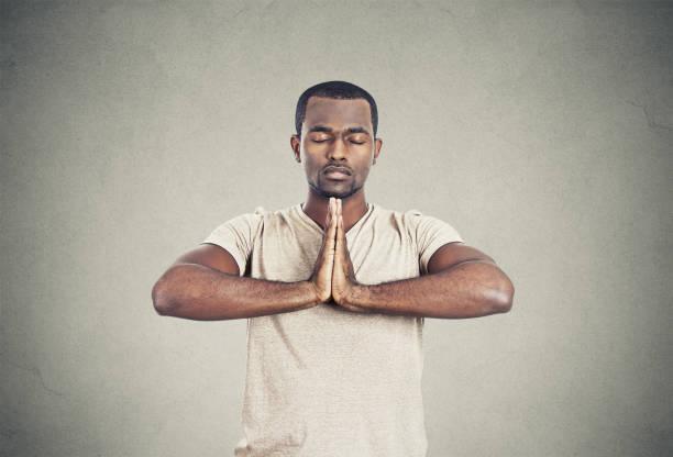 hübsche männer, die yoga machen - konzentrationsübungen stock-fotos und bilder