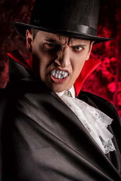 gut aussehender mann gekleidet in einem dracula kostüm für halloween. - graf dracula stock-fotos und bilder