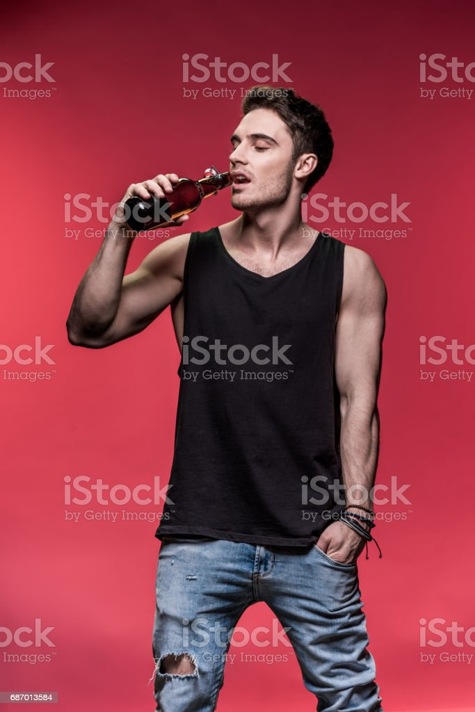 Handsome  man drinking beer from bottle Lizenzfreies stock-foto