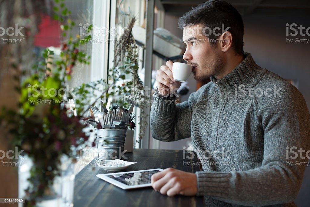 Gut aussehender Mann Kaffee trinken und mit Tablet – Foto