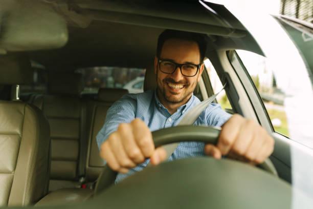 Bel homme au volant de voiture - Photo