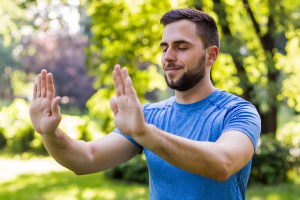 Handsome Mann trainieren Tai Chi – Foto