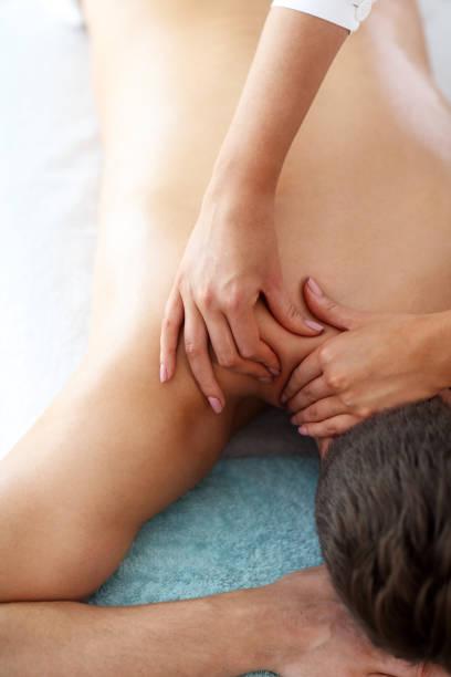 Hübsche Mann, die Massage im Spa-Salon – Foto