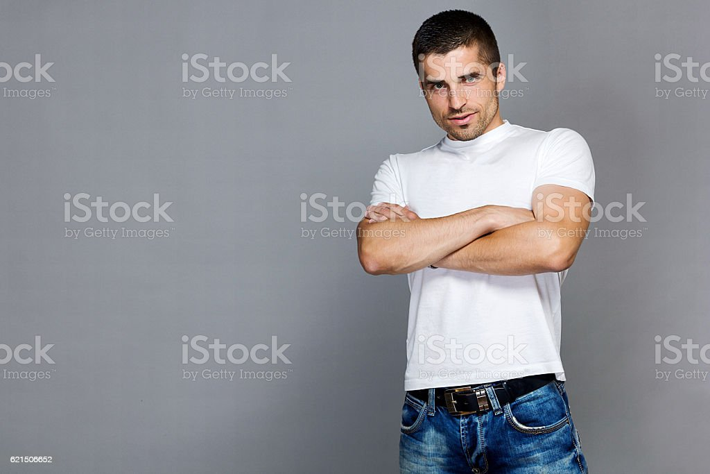 handsome man in a white T-shirt and jeans photo libre de droits