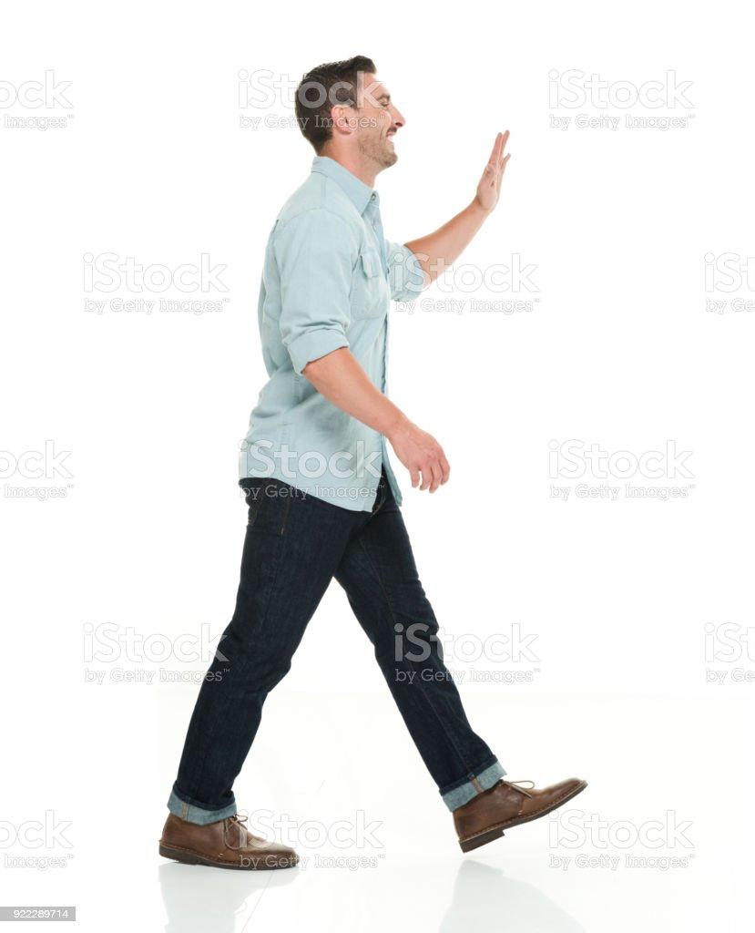 Gut aussehender Mann in Freizeitkleidung zu Fuß und winken – Foto