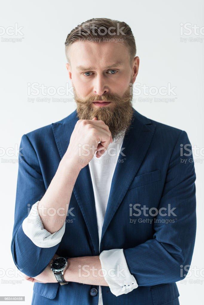Sakal ışık arka plan üzerinde izole yakınındaki el ile rahat kıyafetler içinde yakışıklı adam - Royalty-free Adamlar Stok görsel