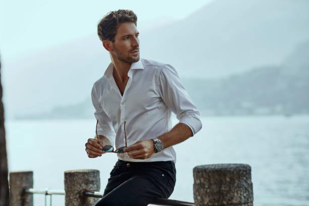 hombre guapo con ropa casual - símbolo sexual fotografías e imágenes de stock