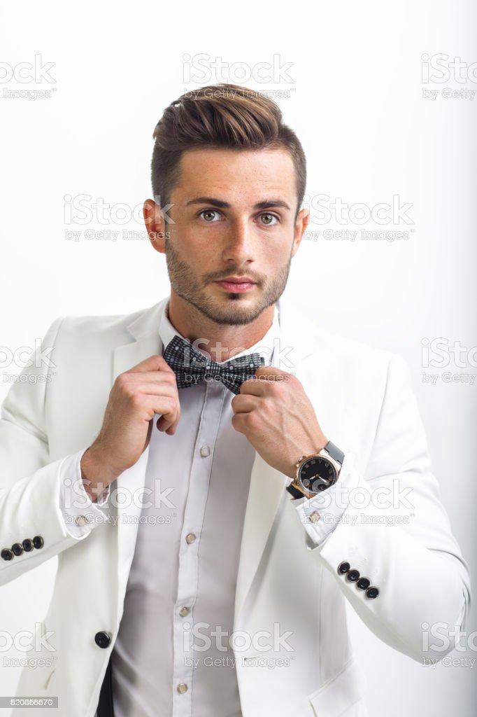 Bel Homme En Costume élégant Ajustant Son Noeud Papillon – Photos et ... 4763f2c9254
