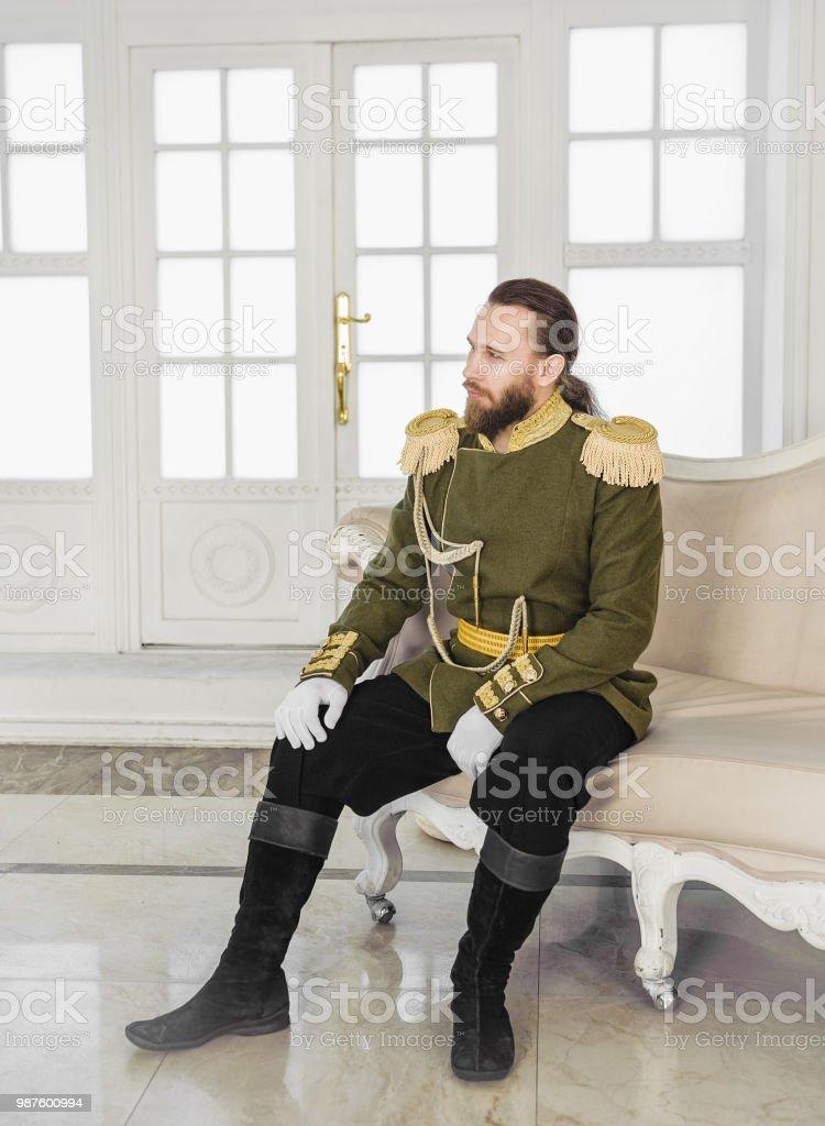 Tarihsel askeri üniformalı yakışıklı erkeklere stok fotoğrafı