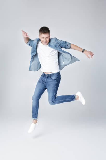 homem bonito, de jeans e jaqueta de salto - foto de acervo
