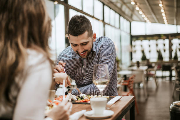 yakışıklı erkek arkadaşıyla yemek restoranda. - akşam yemeği yemek stok fotoğraflar ve resimler