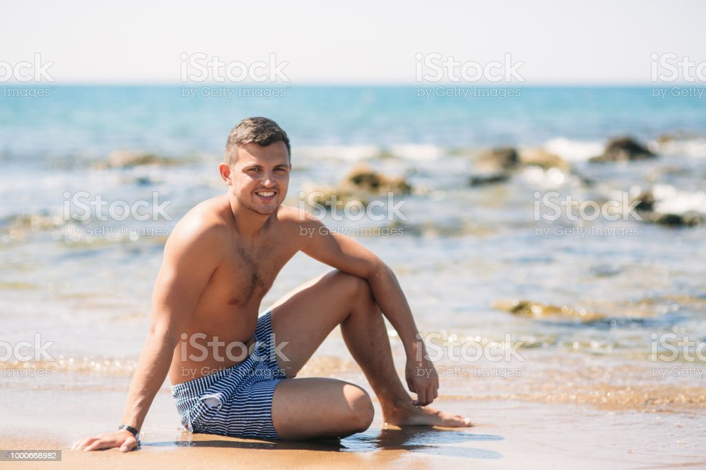 Bel Photo Libre De Homme En Plage Droit Assis Sur Short La H9IbWD2YeE