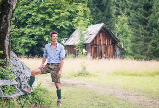 gut aussehender mann in traditionellen lederhosen, österreich - arbeit in münchen stock-fotos und bilder