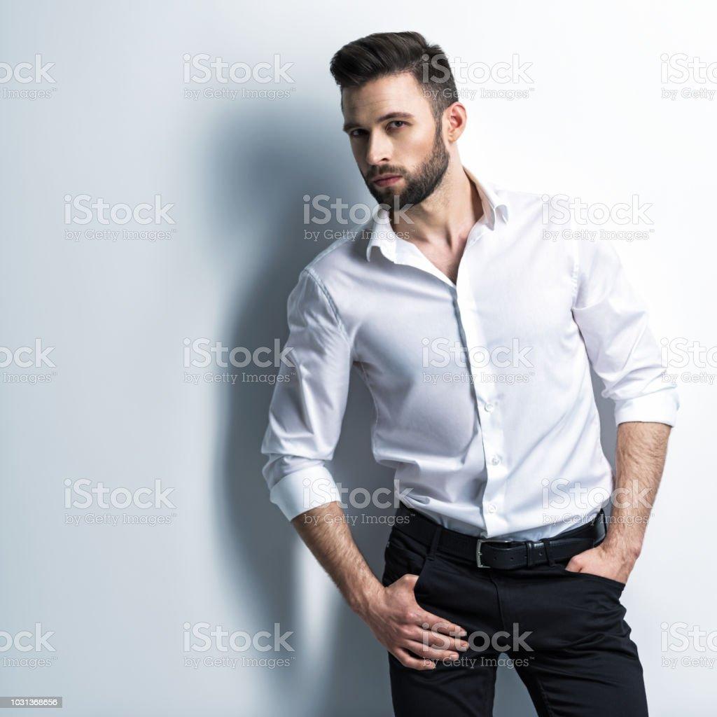 Bel homme en chemise blanche détient le costume noir photo libre de droits aa2682961fc