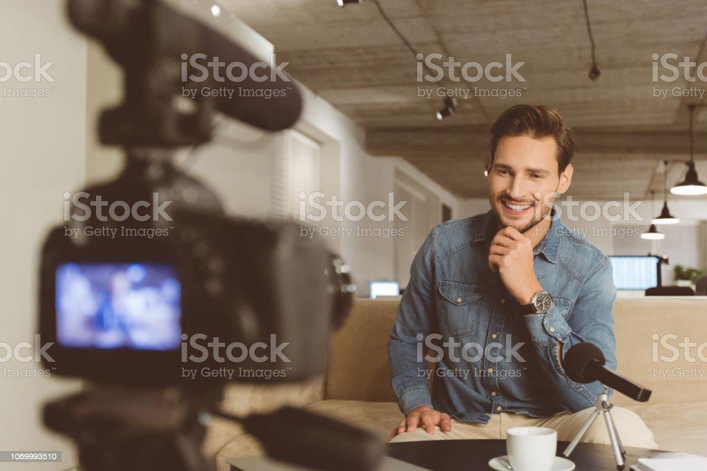 Gut aussehender Mann machen video-blog – Foto