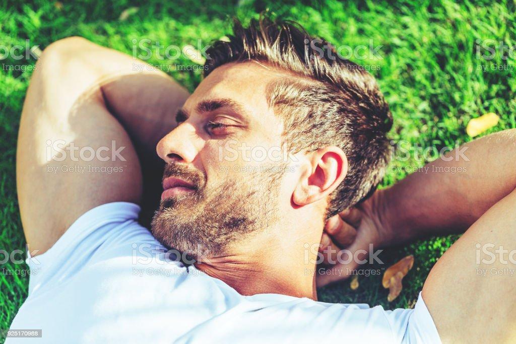 Bel homme, faire la sieste à sa Cour. - Photo