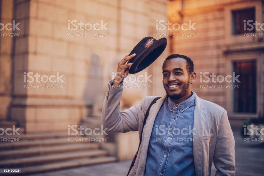 Bel homme à l'extérieur - Photo de A la mode libre de droits